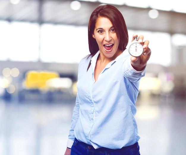 Drôle Femme Montrant Un Chronomètre Photo gratuit