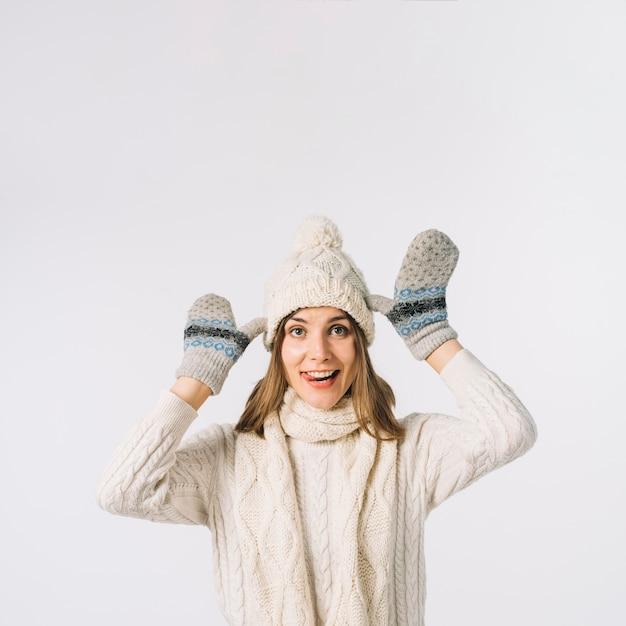 Drôle femme en vêtements chauds grimaçant pour caméra Photo gratuit