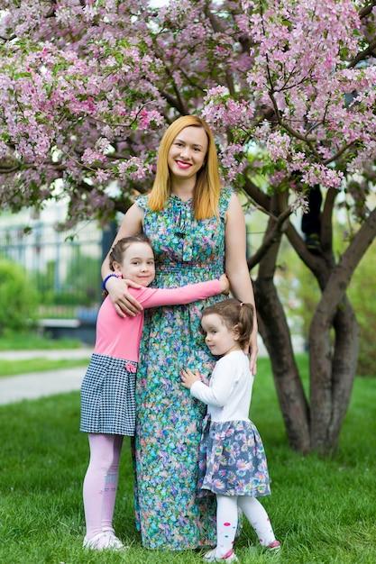 Drôle filles marchant sur la pelouse avec sa mère. Photo Premium