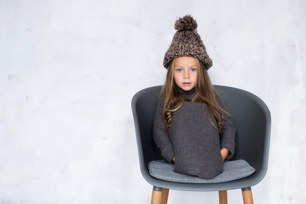 Drôle petite fille portant un chapeau d'hiver Photo gratuit