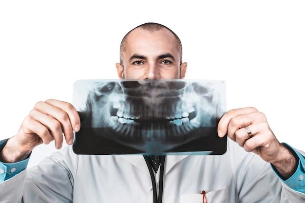 Drôle portrait d'un médecin dentiste tenant une radiographie panoramique Photo Premium