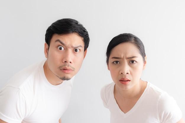Drôle de visage d'un couple d'amoureux dans le doute à une chose incroyable qu'ils regardent Photo Premium