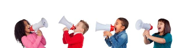 Drôles d'enfants criant à travers un mégaphone à son ami Photo Premium