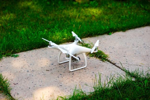 Dron est sur terre. Photo Premium