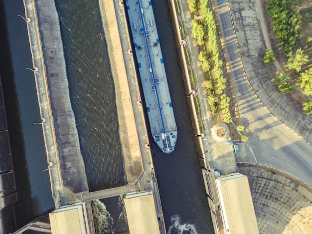 Drone aérien d'une structure de passerelle fluviale pour des cargos de péniche. Photo Premium