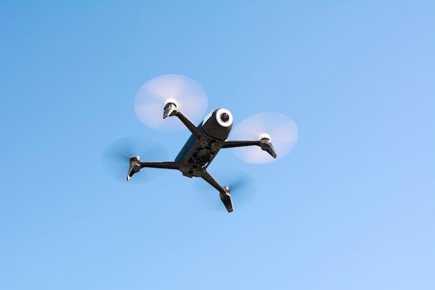Drone, Avion Qui Vole Sans équipage, Télécommande Photo Premium