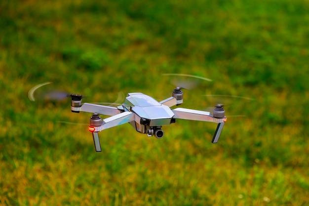 Drone avec caméra de cinéma professionnelle survolant le parc de l'été. Photo Premium