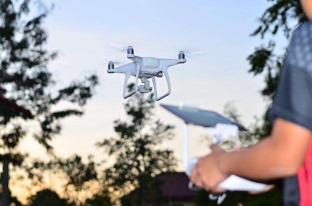 Drone fly avant des arbres contrôle par télécommande. Photo Premium