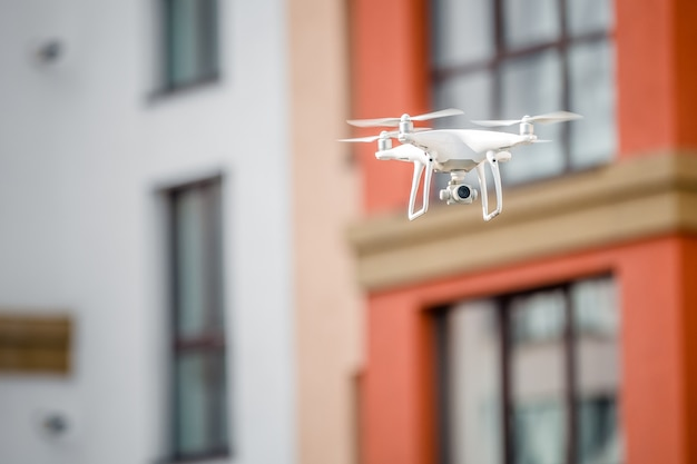 Drone quad hélicoptère avec caméra espionnant la maison Photo Premium