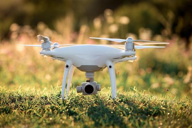 Drone Quad Hélicoptère Sur Un Champ De Maïs Vert Photo Premium