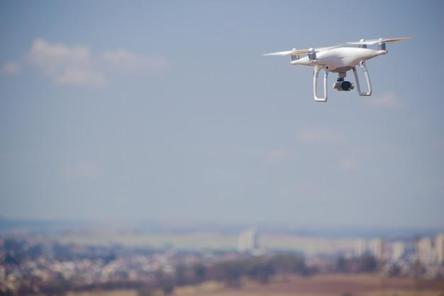 Drone Volant Au Champ Concept De Technologie Dans La Ferme. Photo Premium