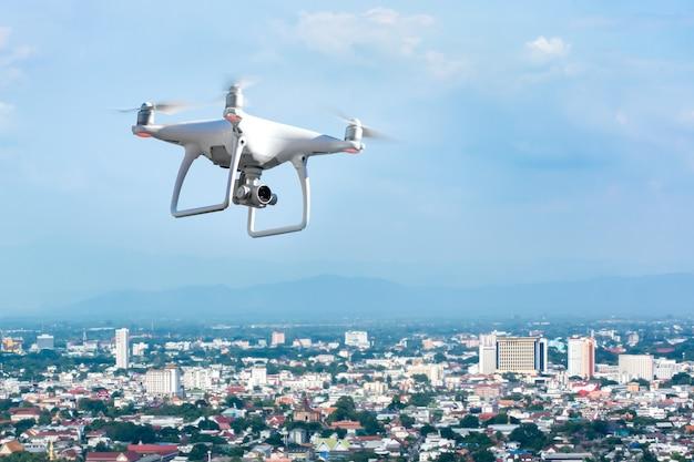 Drone volant au-dessus de la ville Photo Premium