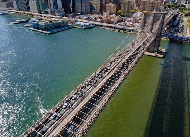 Drone Volant à Proximité Du Pont De Brooklyn à Manhattan New York City Usa Pendant L'heure D'été Photo Premium