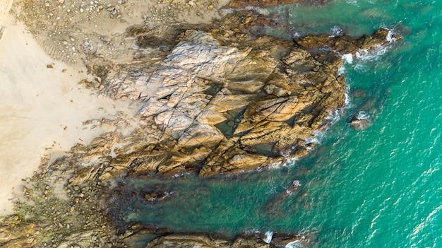 Drone vue aérienne de paysage marin panoramique de la plage à phuket en thaïlande avec la vague se brisant sur les rochers Photo Premium