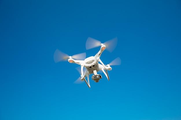 Des Drones Dans Le Ciel Photo Premium