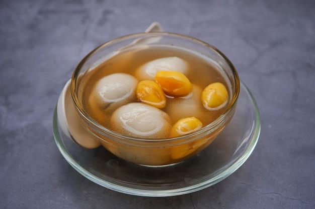Dumplings Au Sésame Noir Au Thé Au Gingembre Photo Premium