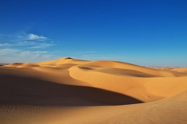 Dunes dans le désert du sahara au cœur de l'afrique Photo Premium