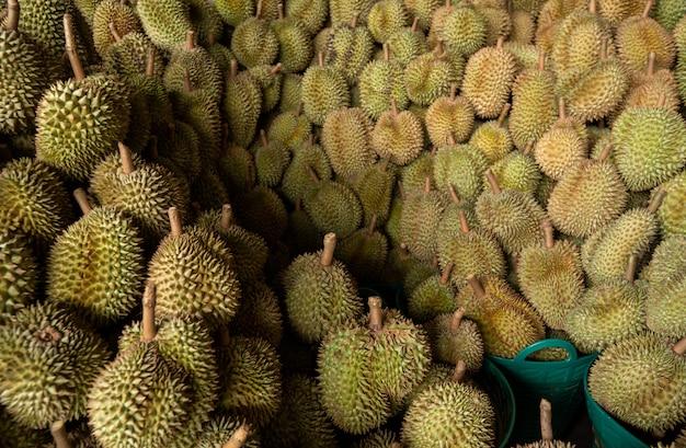 Le durian saisonnier est vendu à des commerçants pour être exporté en chine. Photo Premium