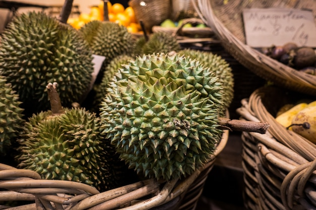 Durian tropical dans le panier Photo gratuit