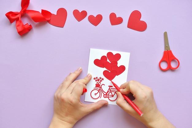 Dyi Master - Classe Sur La Création De Cartes Pour La Saint-valentin. Scrapbooking Avec Règle Et Coupe Vélo Rouge Et Coeurs. Photo Premium