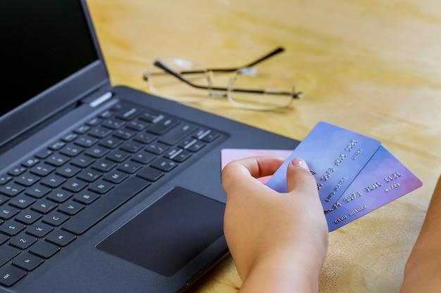 E-commerce Main Tenant Une Carte De Crédit à L'aide D'un Ordinateur Portable Dépenser De L'argent En Ligne Achats Bancaires Sur Internet Photo Premium