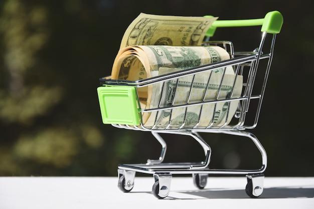 E-concept, billets d'un dollar dans un chariot de supermarché. Photo Premium