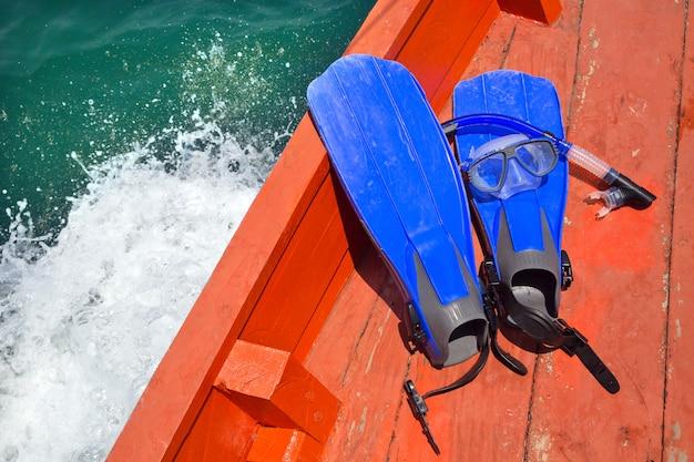 L'eau bleue plongée en apnée sur le plancher du bateau. Photo Premium
