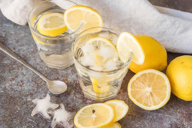 Eau de citron fraîche avec de la glace Photo gratuit