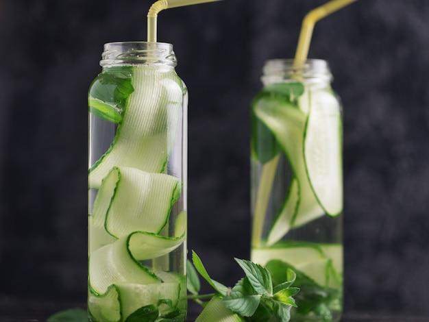 Eau de concombre à la menthe dans le verre. boisson de désintoxication rafraîchissante Photo Premium