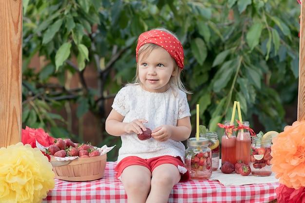 Eau de désintoxication infusée à la fraise et à la menthe. limonade aux fraises avec glace et menthe comme boisson estivale rafraîchissante dans des bocaux. boissons gazeuses froides avec des fruits. Photo Premium