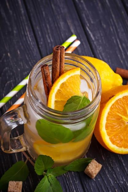 Eau de désintoxication à l'orange, à la menthe et à la cannelle dans un bocal Photo Premium