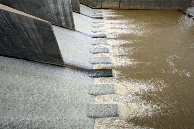 L'eau du barrage Photo Premium