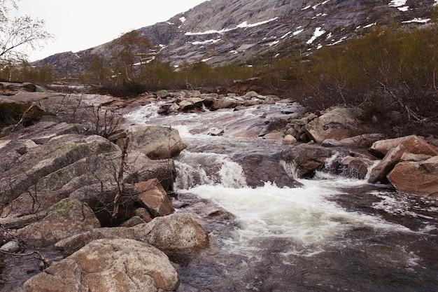 L'eau éclabousse Les Rochers Sur La Rivière Photo gratuit
