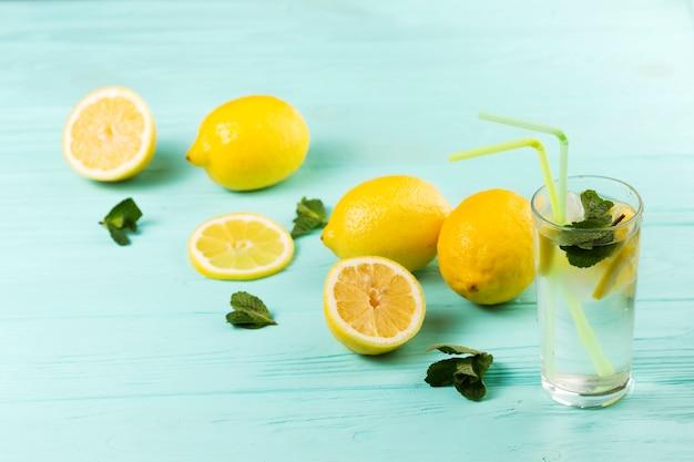 Eau froide citronnée à la menthe citronnée Photo gratuit