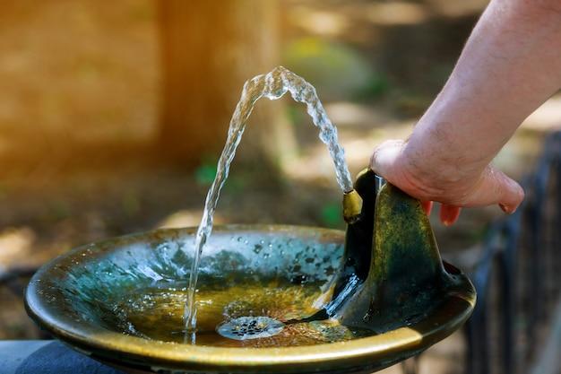 Eau jaillissant de la fontaine Photo Premium