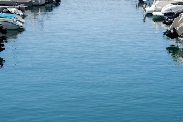 Eau De Mer Bleue Dans Un Port Photo gratuit