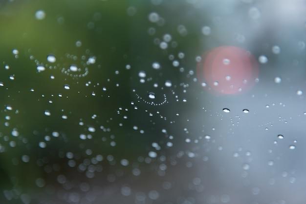 L'eau tombe de la vapeur de pluie sur le pare-brise de voiture après la pluie Photo Premium