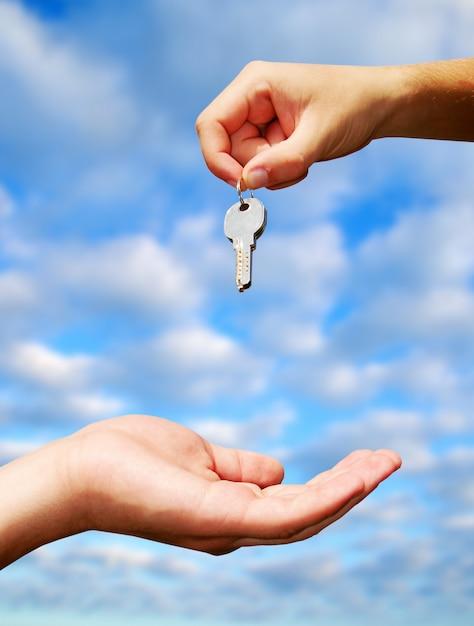 Échange De Clés Entre Les Mains. Concept Immobilier Photo Premium