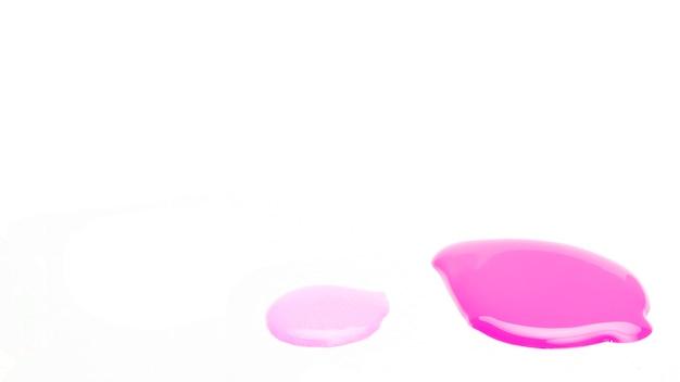 Échantillon de vernis à ongles déposer sur une surface blanche Photo gratuit