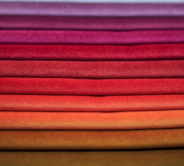 Échantillons de textiles. échantillons de textiles pour rideaux. des échantillons de rideaux bourgogne, violet et beige sont suspendus. Photo Premium