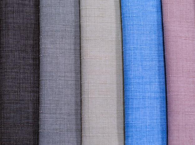 Échantillons de textiles. échantillons de textiles pour rideaux. des échantillons de rideaux gris, marron et bleus sont suspendus. Photo Premium