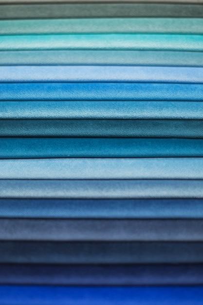 Échantillons de textiles pour rideaux. échantillons de rideau de ton bleu suspendus. Photo Premium