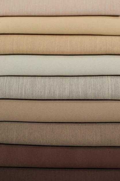 Échantillons de textiles pour rideaux. des échantillons de rideaux de ton brun clair à brun foncé sont suspendus. Photo Premium