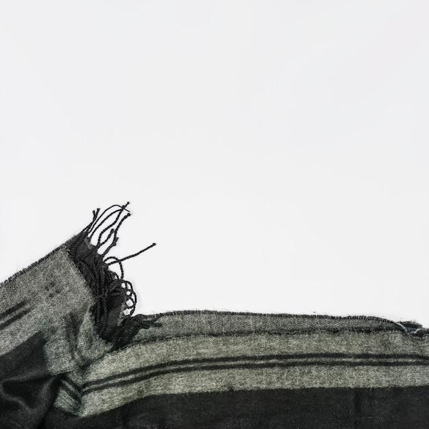 Echarpe en laine grise pliée avec une frange Photo gratuit