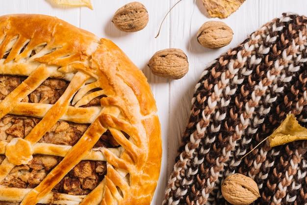 Echarpe près de tarte et noix Photo gratuit