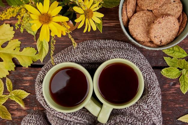 Écharpe tricotée avec une tasse de thé chaude. Photo Premium