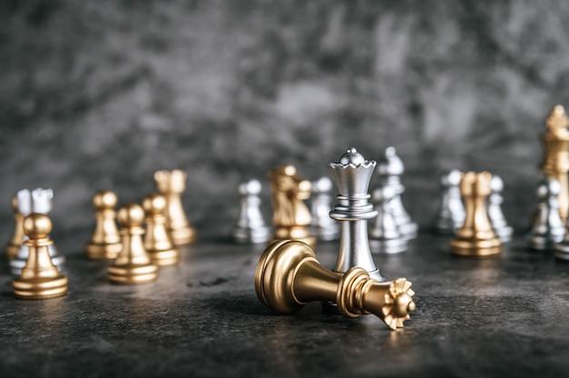 Échecs D'or Et D'argent Sur Le Jeu D'échecs Pour Le Concept De Leadership Métaphore De L'entreprise Photo gratuit