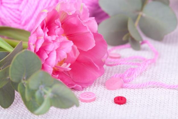 Un écheveau de gros plan rose, boutons, tulipes. composition de printemps, tendresse, carte postale Photo Premium