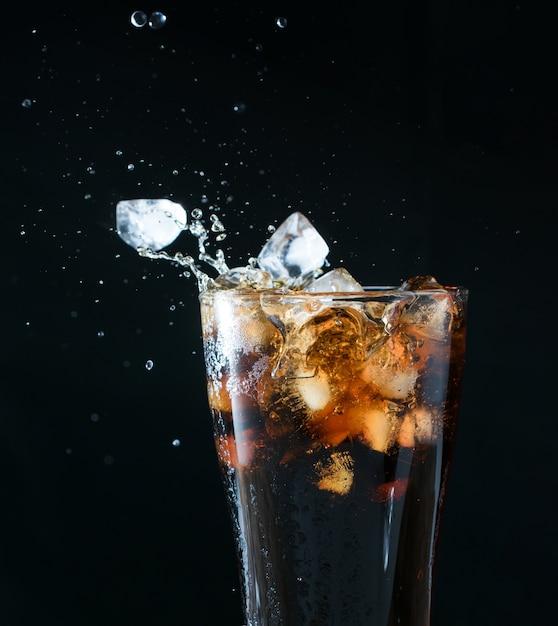 Éclaboussure de cola Photo Premium
