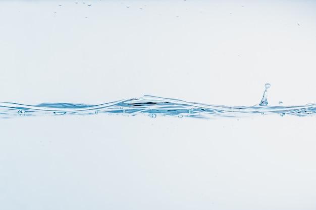 Éclaboussure de l'eau en gros plan des éclaboussures d'eau formant forme isolée sur fond blanc. Photo Premium